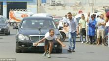 فتاة مغربية تقوم بجر سيارة مرسيديس بشعرها