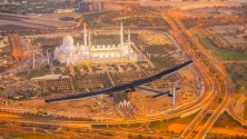 انطلاق أول طائرة تعمل بالطاقة الشمسية في رحلة حول العالم