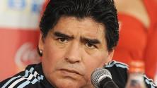 مارادونا يتعارك مع صحفي ويلطم خد امرأة في مباراة للسلام