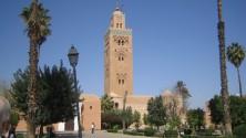 شاب يصعد لمنبر الإمام ويغني لرويشة بمسجد الكتبية