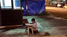 صورة مؤثرة تغير حياة طفل شوارع يحلم بالدراسة