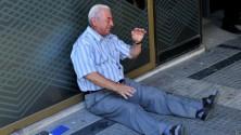 رجل أعمال أسترالي يتبرع من ماله لمساعدة المتقاعد اليوناني الذي أثر في العالم