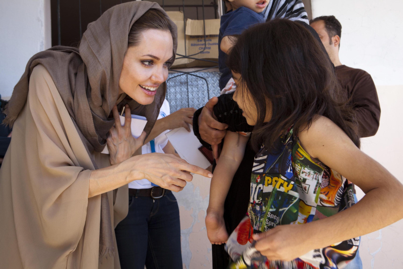 Angelina-Jolie-wears-traditional-muslim-dress-14