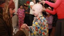 جوني ديب يزور مستشفى أطفال في زي 'جاك سبارو'