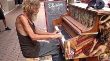 متشرد يعزف الپيانو بطريقة جميلة جدا