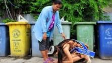 صورة لملكة جمال تايلاندية وهي تقبل قدم والدتها 'عاملة النظافة' تكتسح الإنترنيت