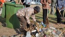 الرئيس التنزاني الجديد يساعد في جمع النفايات
