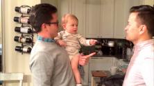 رد فعل طفل عمره 16 شهرا عند رؤيته لتوأم والده لأول مرة