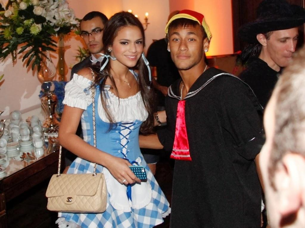 11mar2013-bruna-marquezine-e-neymar-vao-a-festa-a-fantasia-que-comemora-os-30-anos-do-cantor-thiaguinho-em-sao-paulo-1363089570645_1024x768