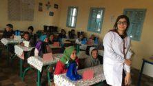 أستاذة بإقليم سيدي بنور توزع أحذية وجوارب على تلامذتها لمواجهة قساوة البرد