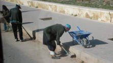صدق أو لا تصدق، قايد أجبر شيوخ وأعوان السلطة ومقدمين على تنظيف الشوارع بعدما لاحظ غياب عمال النظافة