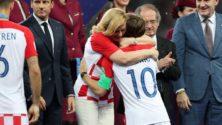 الرئيسة الكرواتية تبهر المغاربة بعفويتها وحنانها الكبيرين خلال كأس العالم