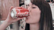 هذه الفتاة المغربية تشرب لترين من كوكاكولا يومياً بدل الماء وهذه قصتها مع الإدمان ..