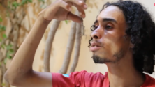 """شاب مغربي """"عيساوي"""" يأكل العقارب الحية ويهدف إلى الدخول لموسوعة غينيس"""