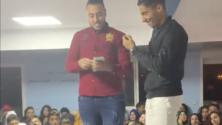الأستاذ المعجزة مهدي منيار يكافئ تلميذ حفظ دروسه بمبلغ 40000 درهم