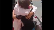 فيديو : مصابون بفيروس «كورونا» يعانقون عائلاتهم قبل الصعود في سيارة الإسعاف